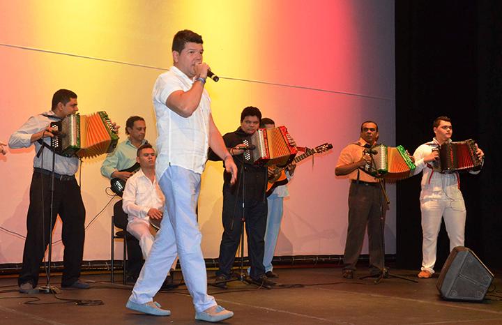 Carlos-Bohorquez-interpretando-la-cancion-Ausencia-sentimental