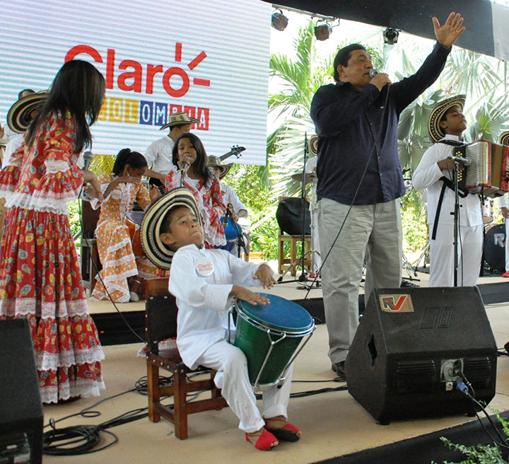El-cajero-Josue-Carmona-Orozco-y-el-cantante-Poncho-Zuleta