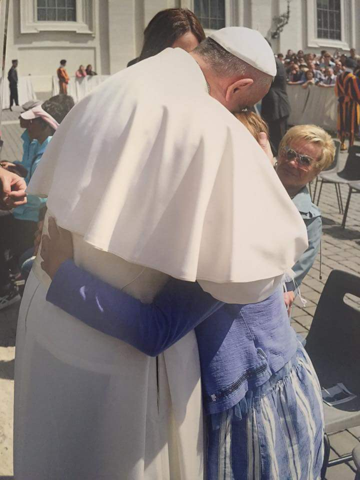 La niña Cristy Dangond Lacouture, su madre Mónica Lacouture de Dangond, saludando al Papa Francisco. El padre de Cristy es el médico y compositor vallenato Fernando Dangond Castro.