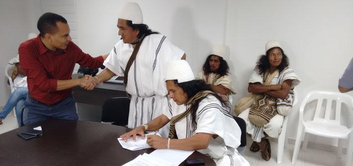 El director de CORPOCESAR, Kaleb Villalobos, con representantes de las comunidades indígenas beneficiarias de la obra.